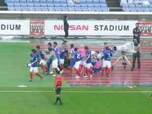 小野裕二のゴールを喜ぶ横浜F・マリノスイレブン