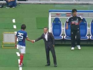 木村和司監督と握手する中村俊輔