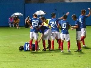 倒れる中村俊輔を囲む横浜F・マリノスの選手達