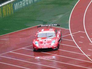 日産スタジアムを走るレーシングカー