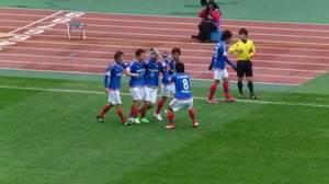 小林祐三のゴールを祝う横浜F・マリノス