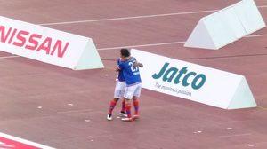 横浜F・マリノス富澤清太郎の得点でラフィーニャと抱きつく